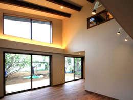 ห้องนั่งเล่น by TAPO 富岡建築計画事務所