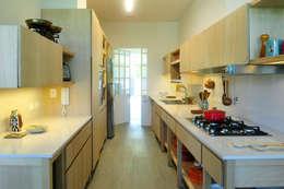 Casa SIRI · Paula Herrero   Arquitectura: Cocinas de estilo moderno por Paula Herrero   Arquitectura
