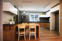 Cocinas de estilo minimalista por 로이하우스
