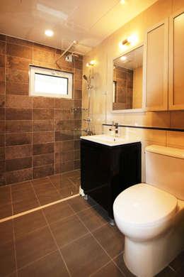 Baños de estilo minimalista por 로이하우스