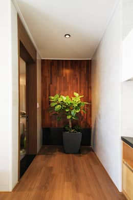 Pasillos y recibidores de estilo  por 로이하우스