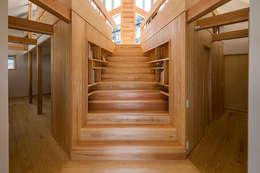 宇都宮・屋根の家: 中山大輔建築設計事務所/Nakayama Architectsが手掛けた玄関・廊下・階段です。