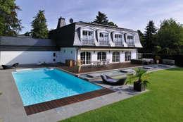 Blick auf den Außenbereich des modernen Hauses: ausgefallener Pool von Hesselbach GmbH