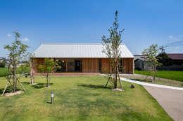 南ファサード/夏: hm+architectsが手掛けた家です。