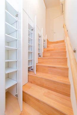階段収納: インデコード design officeが手掛けた廊下 & 玄関です。