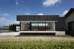 Projekty, minimalistyczne Domy zaprojektowane przez ハルナツアーキ