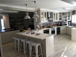 De Kelders Residence Hermanus Western Cape: modern Kitchen by CS DESIGN