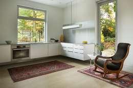 Cocinas de estilo moderno por ZeroEnergy Design