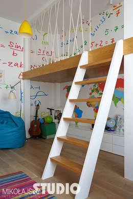 Recámaras infantiles de estilo moderno por MIKOŁAJSKAstudio