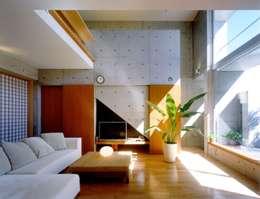 Salon de style de style Moderne par FrameWork設計事務所