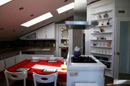 İndeko İç Mimari ve Tasarım – Bebek Çatı Katı: klasik tarz tarz Mutfak