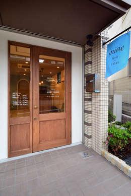 Oficinas y Tiendas de estilo  por TRANSFORM  株式会社シーエーティ