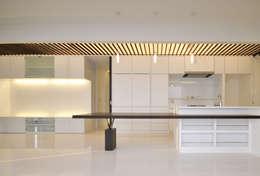 Sala da pranzo in stile in stile Moderno di 門一級建築士事務所