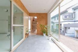 北烏山の住宅: 水石浩太建築設計室/ MIZUISHI Architect Atelierが手掛けたサンルームです。