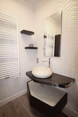 Une salle de bain optimisée : Salle de bain de style de style Moderne par ATDECO