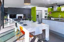 MAISON 123: Salle à manger de style de style Moderne par FORT & SALIER