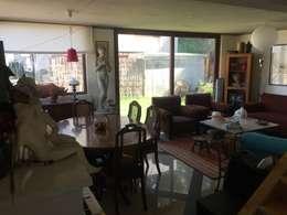 Casa de hormigón en el cerro: Livings de estilo clásico por Arquiespacios
