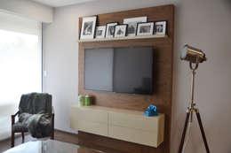 Mueble de TV en nogal y laca. : Salas de estilo minimalista por CuboB Arquitectura de Interiores