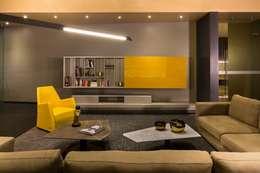 Salas de entretenimiento de estilo moderno por Línea Vertical