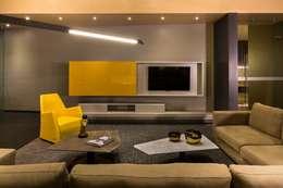 Amenidades Punto Central Fase 2: Salas multimedia de estilo moderno por Línea Vertical