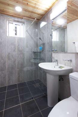 modern Bathroom by 윤성하우징