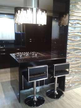 DESAYUNADOR EN ACCESO A COCINA: Cocinas de estilo minimalista por CelyGarciArquitectos c.a.