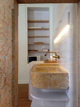 Reabilitação Edifício Rua Comandante João Belo, Leiria: Casas de banho modernas por mube arquitectura