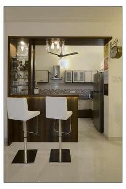 Residential Apartment on Bund Garden Road, Pune: modern Dining room by Navmiti Designs