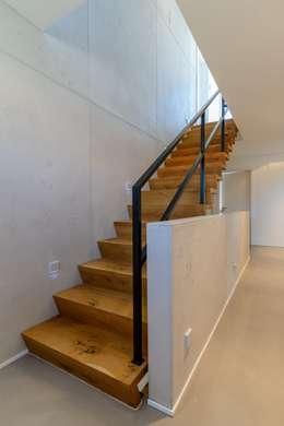 Wandgestaltung mit Betonlook für ein Treppenhaus: industrialer Flur, Diele & Treppenhaus von Volimea GmbH & Cie KG