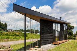 矢板・焼杉の家: 中山大輔建築設計事務所/Nakayama Architectsが手掛けたベランダです。