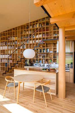 矢板・焼杉の家: 中山大輔建築設計事務所/Nakayama Architectsが手掛けたダイニングです。