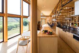 矢板・焼杉の家: 中山大輔建築設計事務所/Nakayama Architectsが手掛けたキッチンです。