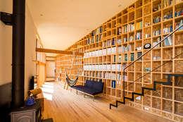矢板・焼杉の家: 中山大輔建築設計事務所/Nakayama Architectsが手掛けたリビングです。
