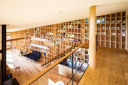 矢板・焼杉の家: 中山大輔建築設計事務所/Nakayama Architectsが手掛けた廊下 & 玄関です。