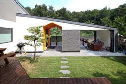 거실에서 바라본 풍경: 주택설계전문 디자인그룹 홈스타일토토의  정원