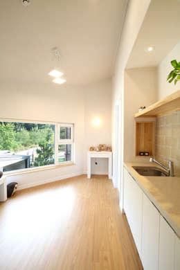 2층 가족실, 간이주방: 주택설계전문 디자인그룹 홈스타일토토의  복도 & 현관
