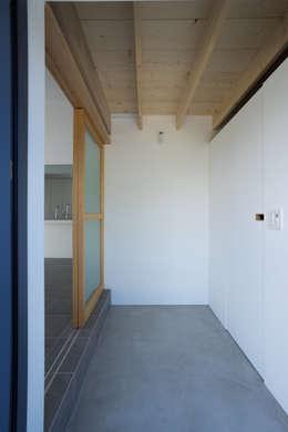 Projekty,  Korytarz, przedpokój zaprojektowane przez Smart Running一級建築士事務所