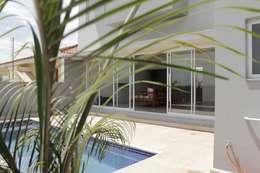 Albercas de estilo topical por canatelli arquitetura e design