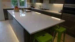 8 stijlvolle keukens waar je veel van kan leren - Witte quartz werkblad ...