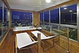 Spa de estilo topical por David Guerra Arquitetura e Interiores