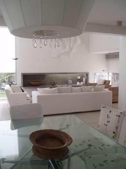 Casa AM Racionalista en Nordelta: Livings de estilo minimalista por Estudio Medan Arquitectos