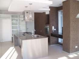 Casa AM Racionalista en Nordelta: Cocinas de estilo minimalista por Estudio Medan Arquitectos