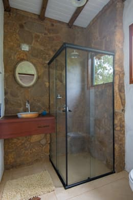 Baños de estilo rústico por Valquiria Leite Arquitetura e Urbanismo