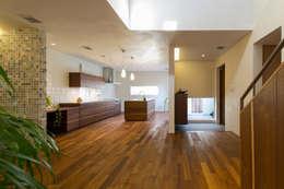 リビングからキッチン: アーキシップス古前建築設計事務所が手掛けたリビングです。