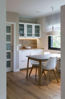 minimalistische Küche von dom arquitectura