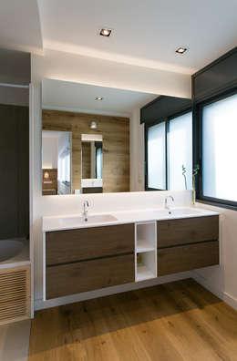 minimalistische Badkamer door dom arquitectura
