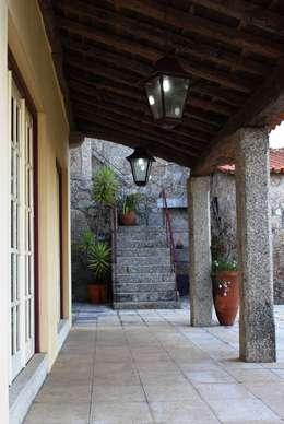 Case in stile in stile Rustico di Valdemar Coutinho Arquitectos
