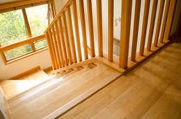 Piso y escaleras.: Paredes de estilo  por Ignisterra