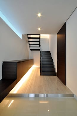 modern Corridor, hallway & stairs by 門一級建築士事務所