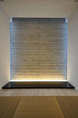 Salas multimédia modernas por 門一級建築士事務所